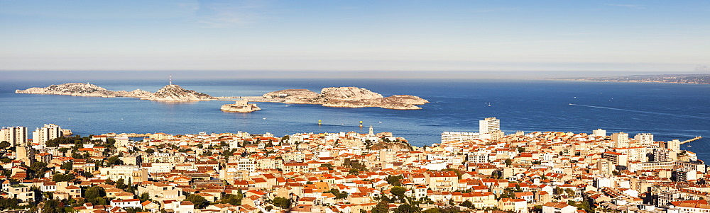 France, Provence-Alpes-Cote d'Azur, Marseille, Cityscape with sea in background