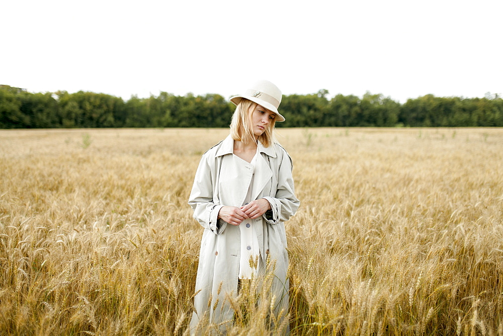Young woman with fedora in wheat field - 1178-28544