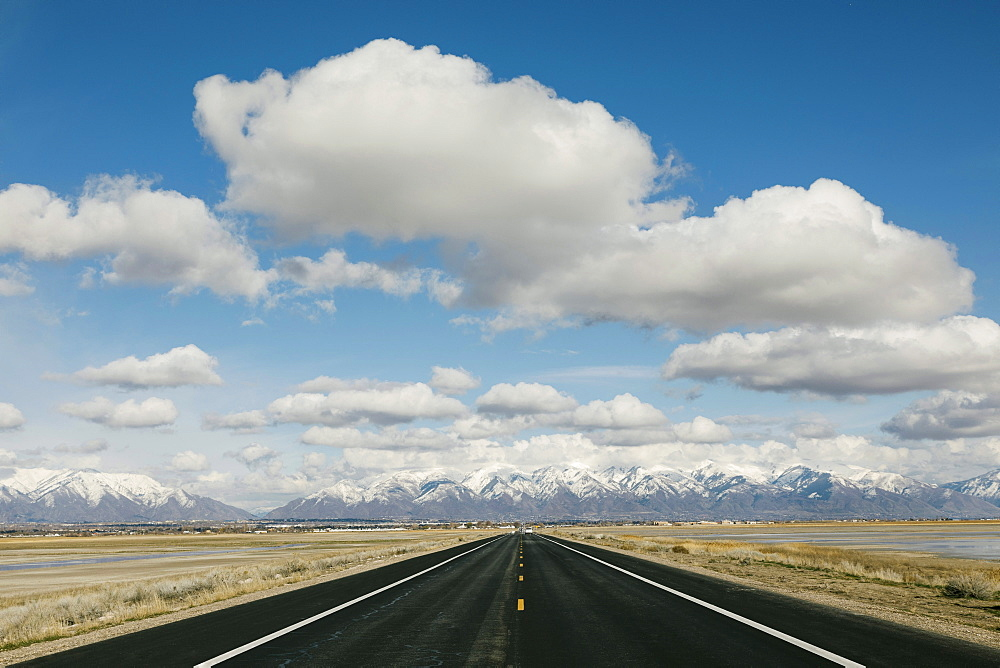 USA, Utah, Salt Lake City, Empty road leading towards mountains