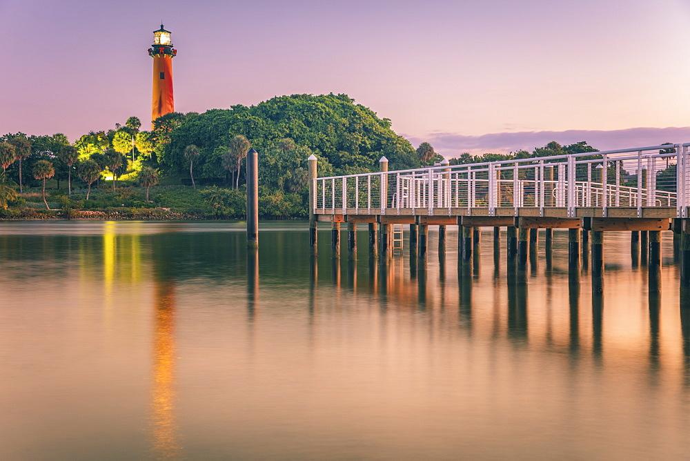 USA, Florida, Jupiter, Pier and lighthouse at dusk
