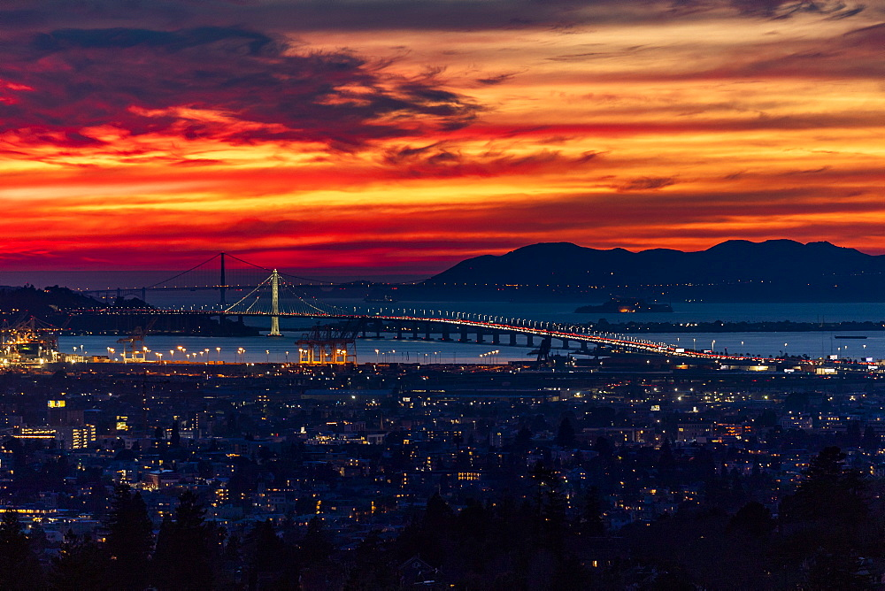 USA, California, San Francisco, Dramatic sunset over city