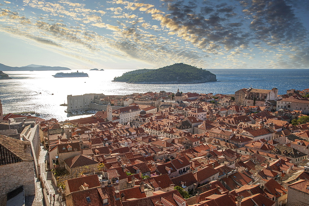 Croatia, Dubrovnik, Elevated view of old town and sea