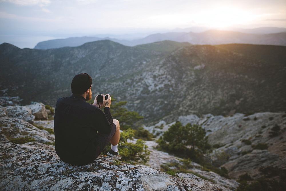 Italy, Liguria, La Spezia, Man looking at mountain range from mountain top - 1178-30400