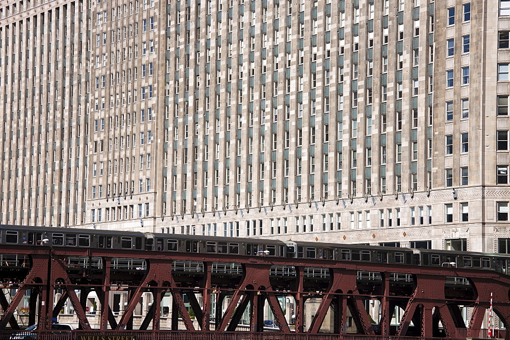 L train in downtown Chicago