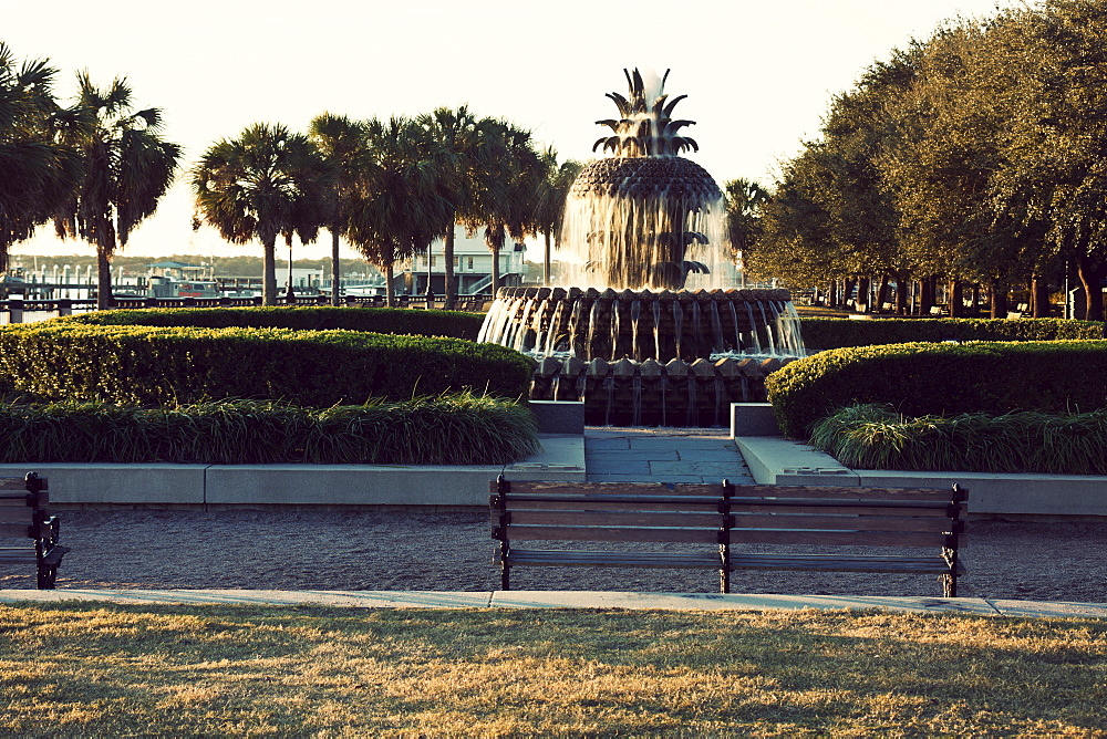 USA, South Carolina, Charleston, Park with fountain