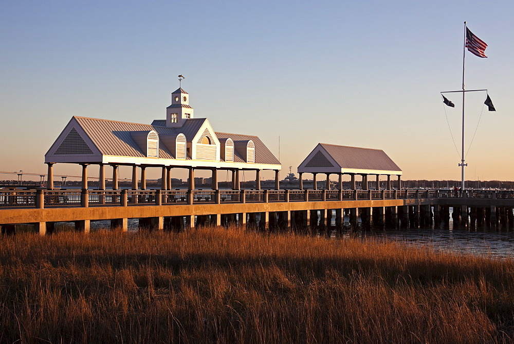 USA, South Carolina, Charleston, Pier at sunrise