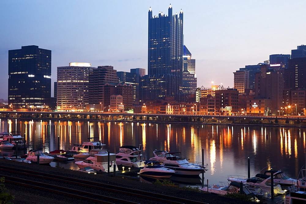 USA, Pennsylvania, Pittsburgh, Cityscape at dawn