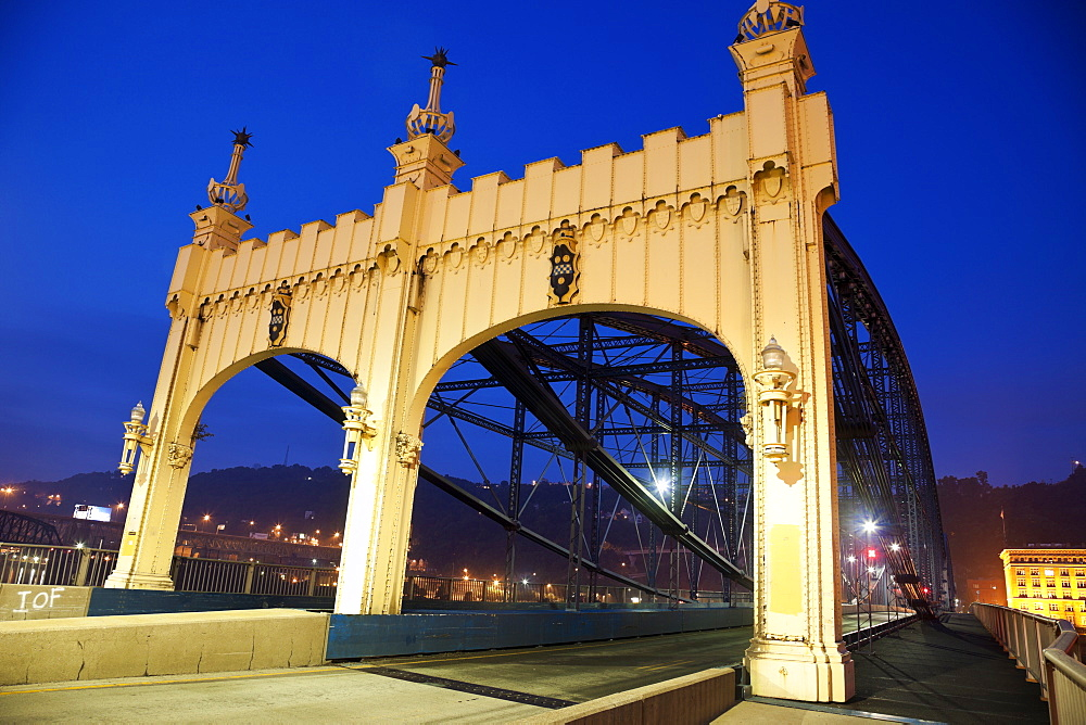 USA, Pennsylvania, Pittsburgh, Old bridge at night