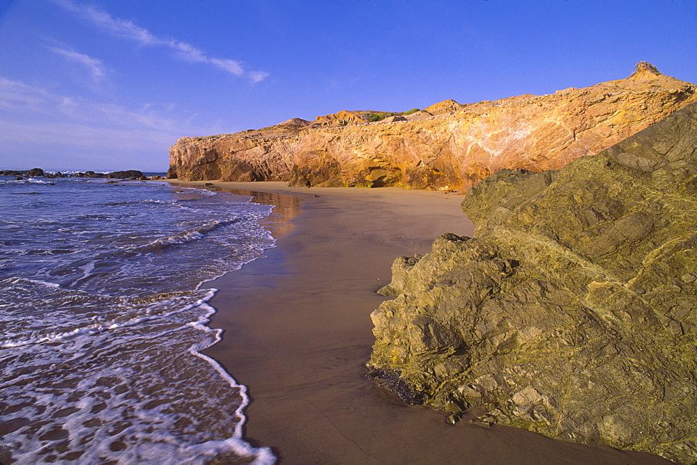Mexico, Baja California Sur, Beach with rocks