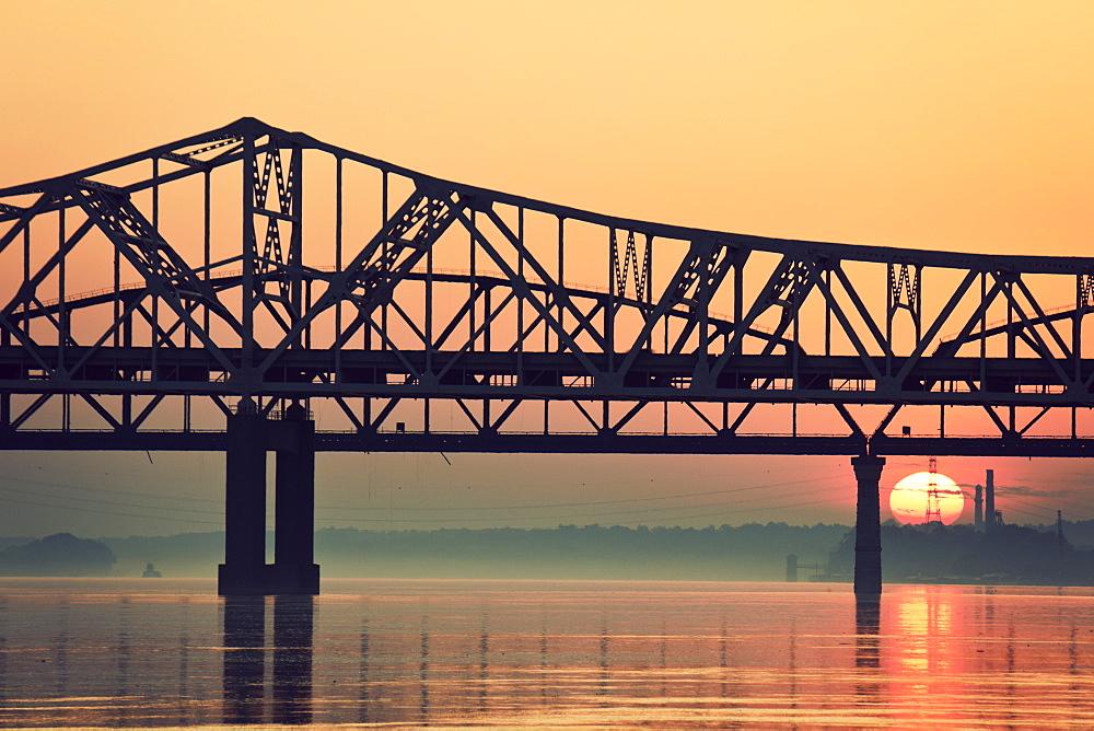 USA, Kentucky, Louisville, Sunrise by Ohio River