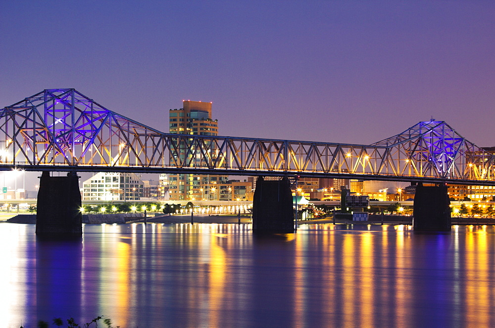 USA, Kentucky, Louisville, Bridge over Ohio river at night