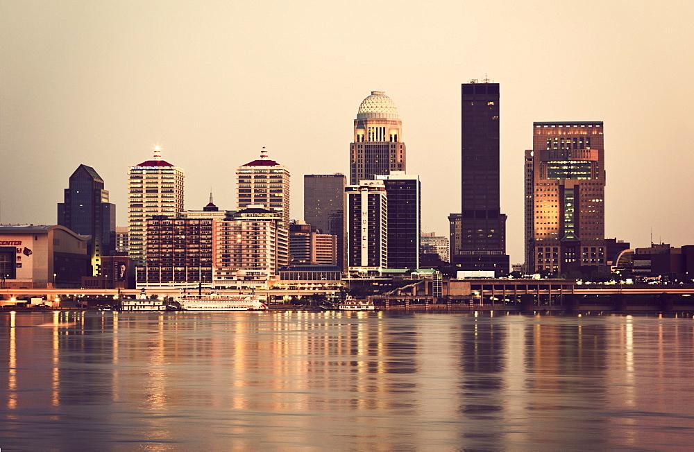 USA, Kentucky, Louisville, Skyline at sunset