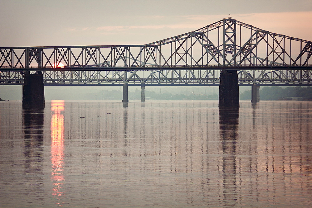 USA, Kentucky, Louisville, Sunrise by Ohio River