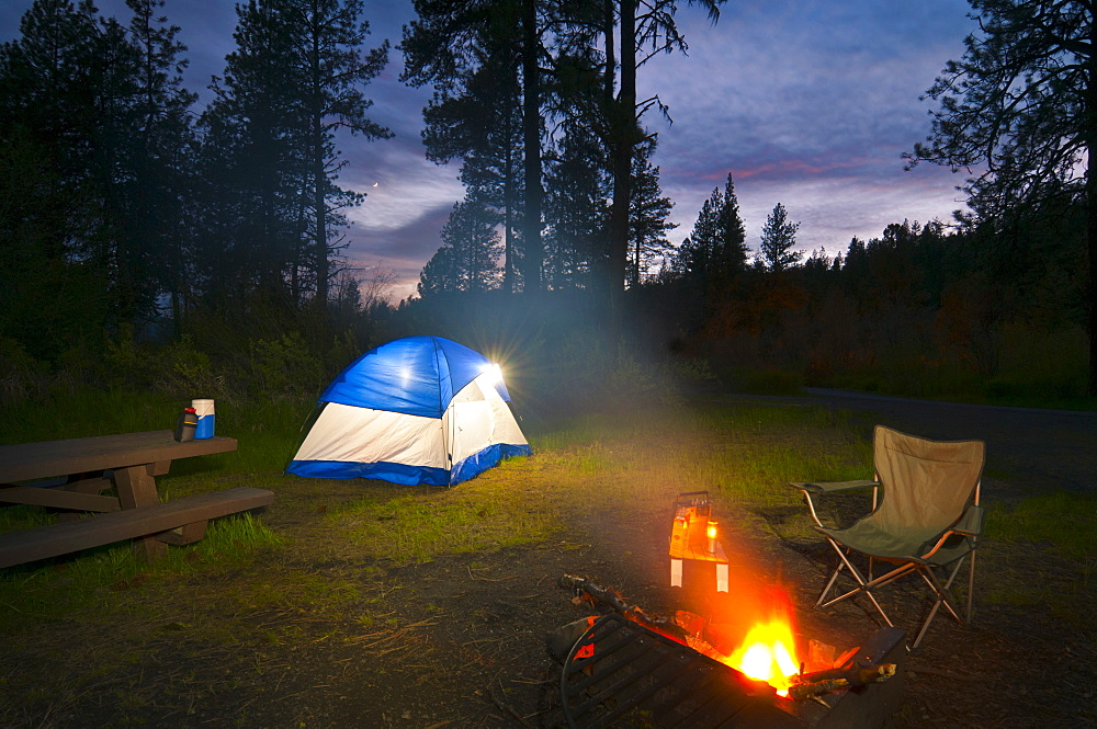 USA, Oregon, Ochoco Mountains, Tent and campfire at dusk