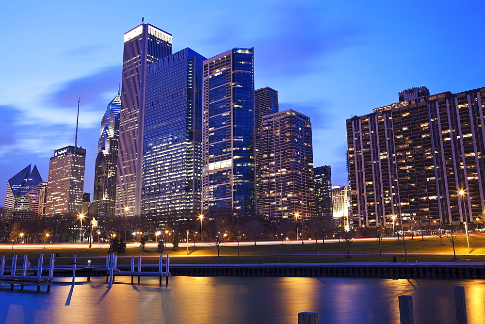 USA, Illinois, Chicago, City skyline of Randolph Avenue on Lake Michigan