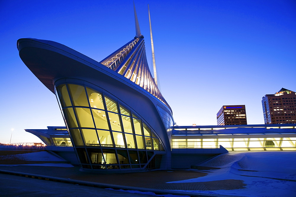 USA, Wisconsin, Milwaukee Art Museum at dusk
