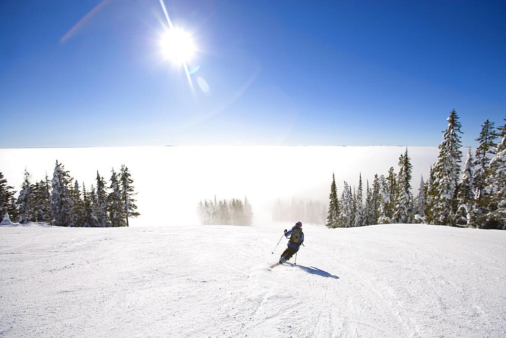 USA, Montana, Whitefish, Woman skiing