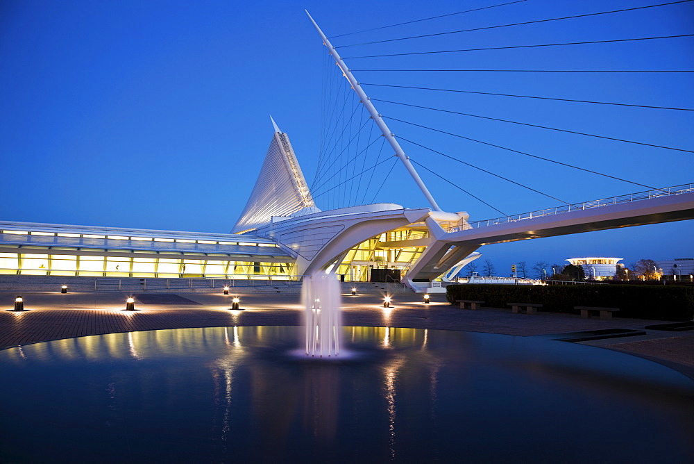 USA, Wisconsin, Milwaukee, Art Museum at dusk