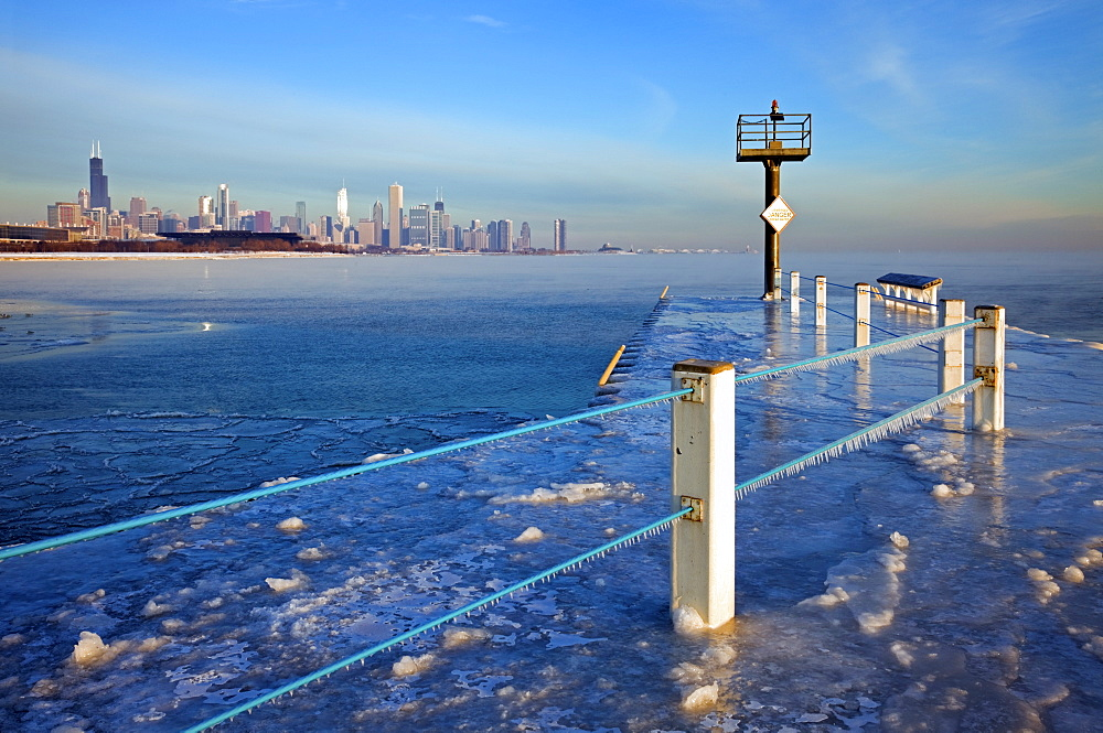 USA, Illinois, Chicago, frozen pier with cityscape on horizon