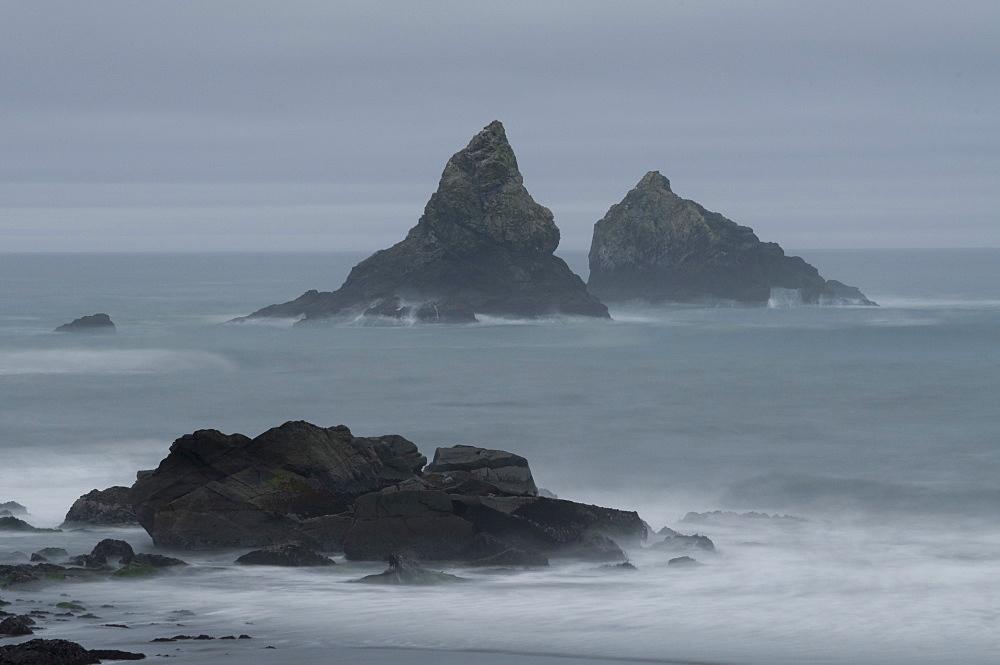 USA, Oregon, rocks in sea