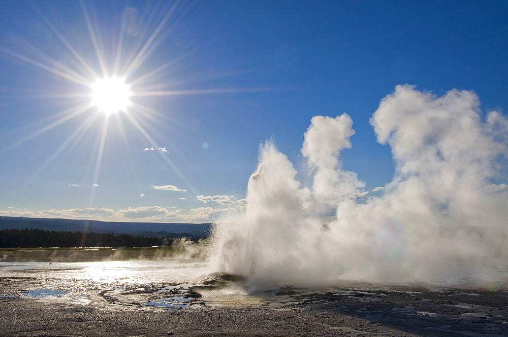USA, Wyoming, Sun over steaming thermal pool