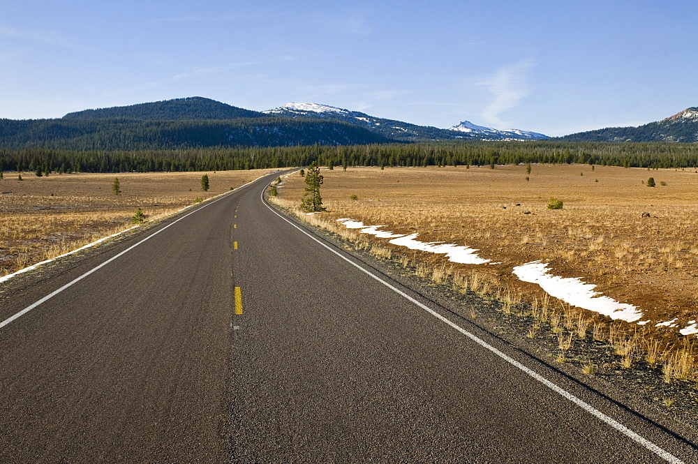 USA, Oregon, Road to mountains