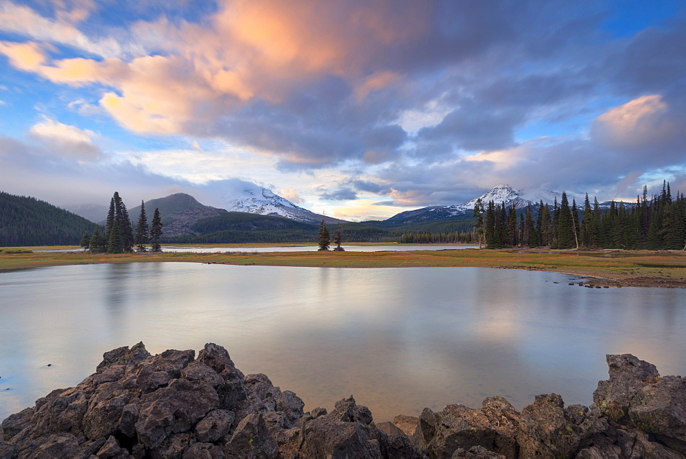 Scenic view to Sparks Lake at sunset, USA, Oregon, Sparks Lake