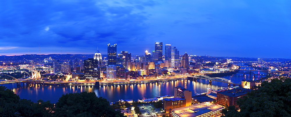 USA, Pennsylvania, Pittsburgh, Skyline at dusk