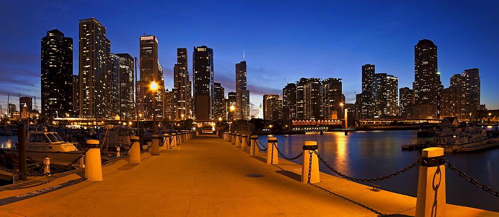 USA, Illinois, Chicago skyline at dusk