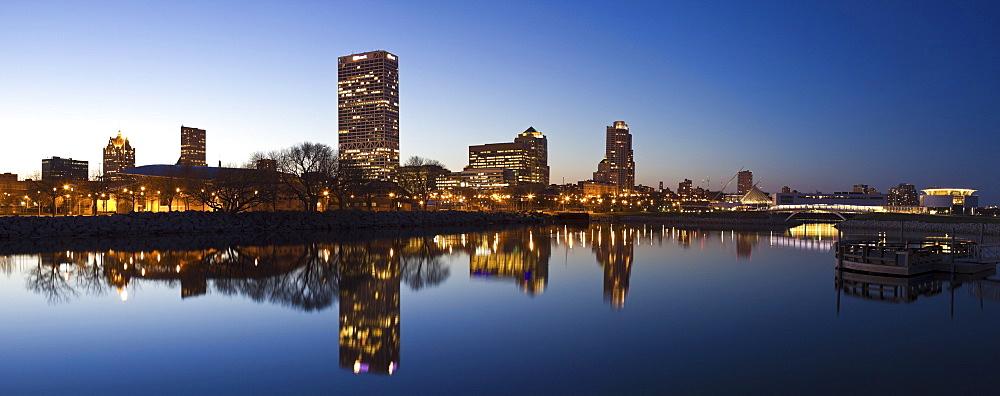 USA, Wisconsin, Milwaukee, City skyline over Lake Michigan