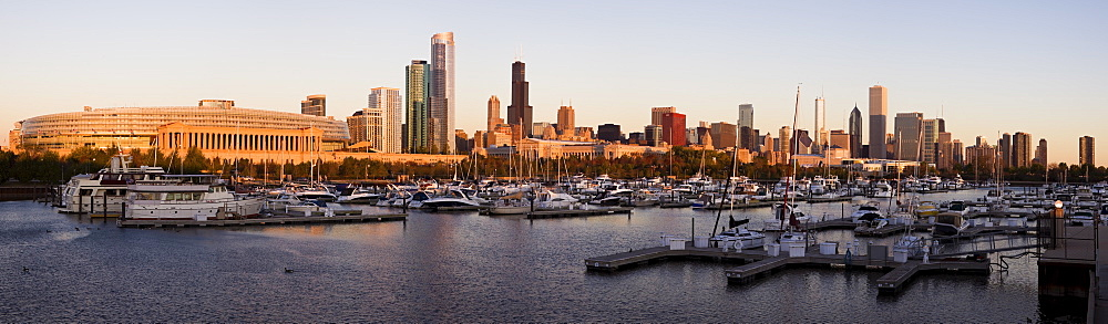 USA, Illinois, Chicago harbor and skyline