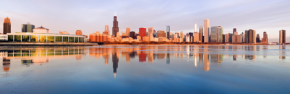 USA, Illinois, Chicago, City skyline over Lake Michigan at sunrise