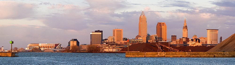 USA, Ohio, Cleveland, City skyline on Lake Erie