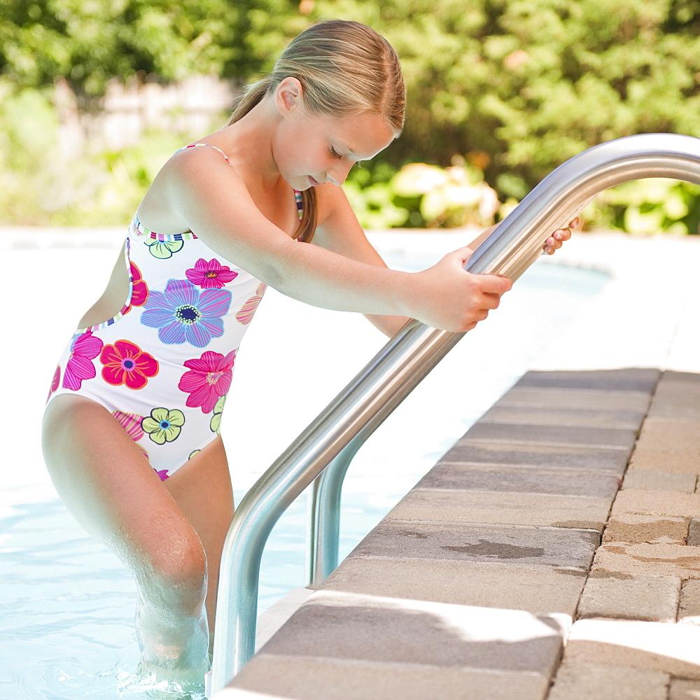 USA, New York, Girl (10-11) going into swimming pool