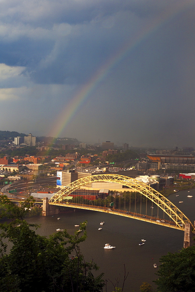 USA, Pennsylvania, Pittsburgh, Rainbow above bridge