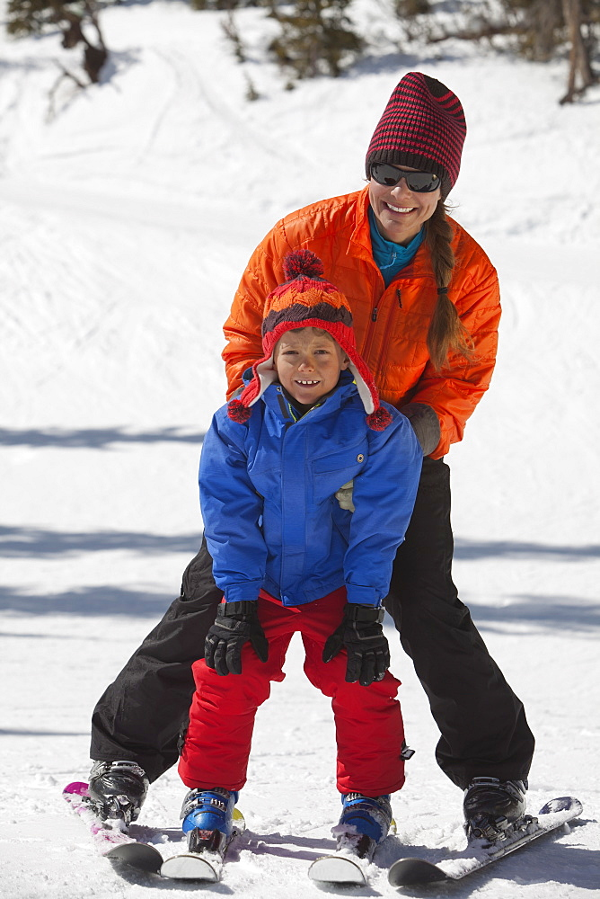 USA, Colorado, Telluride, Mother with son (8-9) skiing together