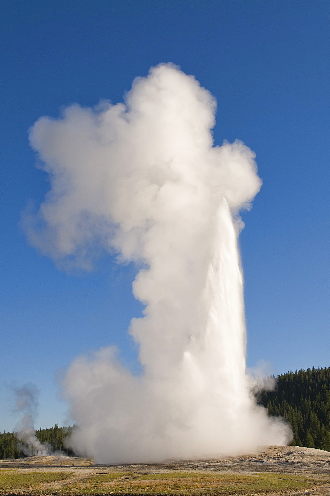 USA, Wyoming, Old Faithful geyser steam