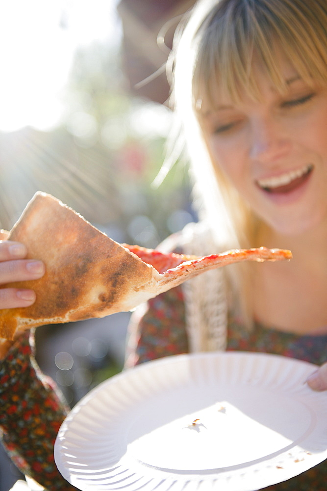 USA, Brooklyn, Williamsburg, Woman eating pizza