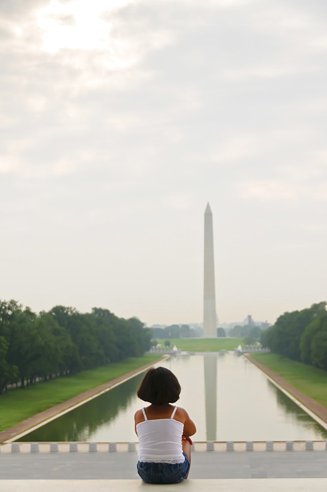 USA, Washington DC, girl (6-7) looking at Washington Monument