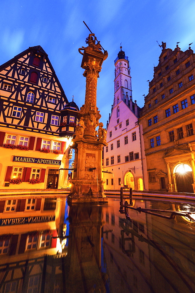 Germany, Bavaria, Rothenburg, Half-timbered house and monument at Market Square