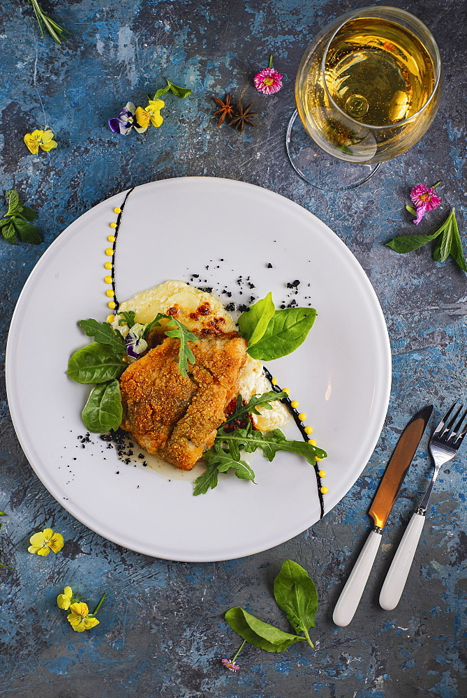 Fried fish with white wine and flowers