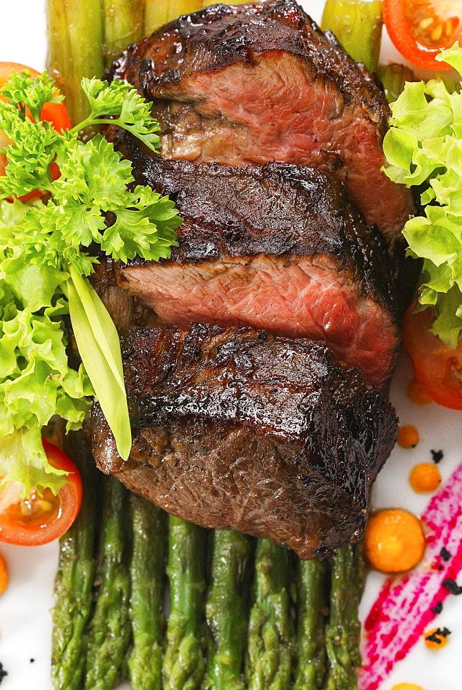 Roast beef on asparagus