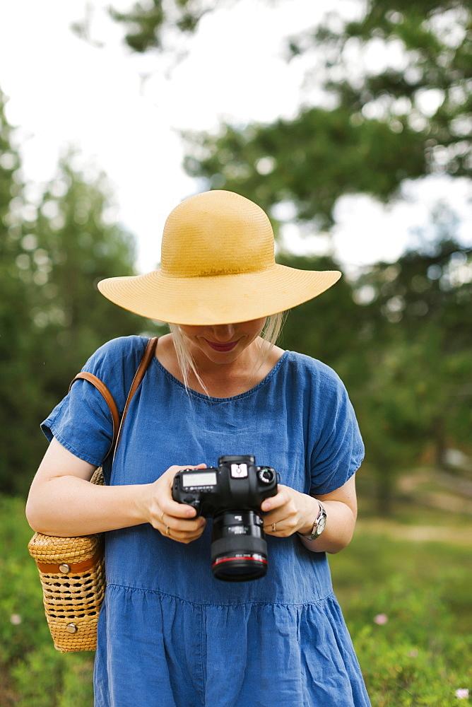 USA, Utah, Bryce Canyon, Woman holding digital camera in national park