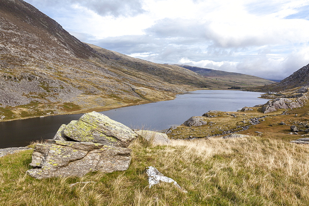 Llyn Ogwen, Ogwen Valley (Dyffryn Ogwen) with the Glyderau mountain range on either side, Gwynedd, Snowdonia National Park, Wales, United Kingdom, Europe