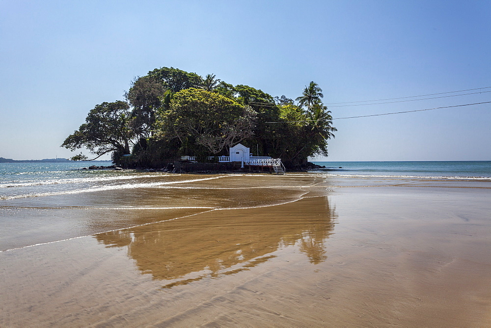 Taprobane Island at low tide, Weligama, Sri Lanka, Indian Ocean, Asia