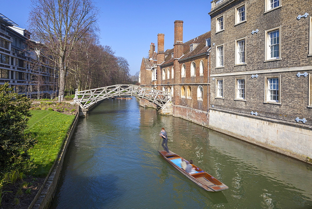 Mathematical Bridge, connecting two parts of Queens College, with punters on the river beneath, Cambridge, England, United Kingdom, Europe