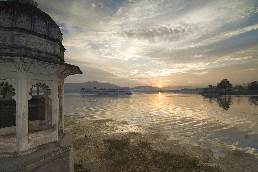 Sunset over Lake Pichola looking towards the Lake Palace, Udaipur, Rajasthan, India - 1024-327