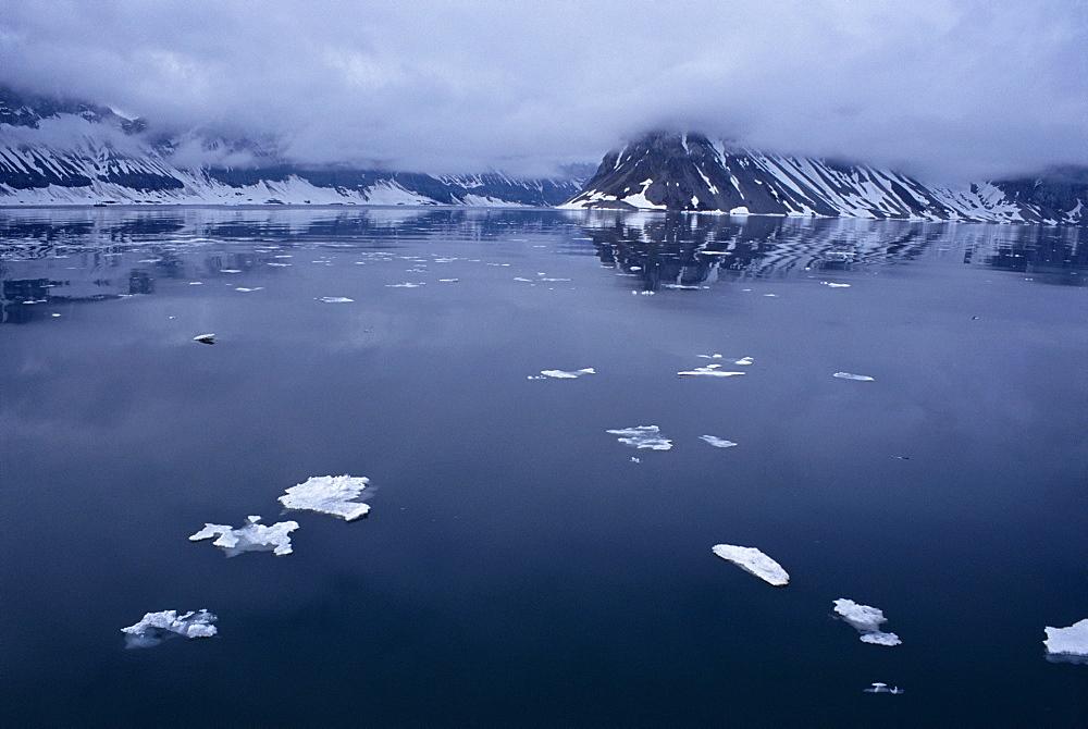 High arctic at midnight. Svalbard / Spitsbergen - 1036-280