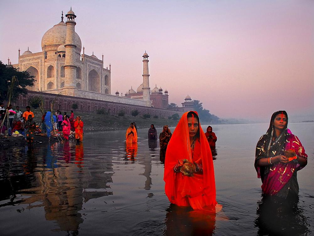 Chat ritual celebrated behind the Taj Mahal, Agra, Uttar Pradesh, India - 1068-18