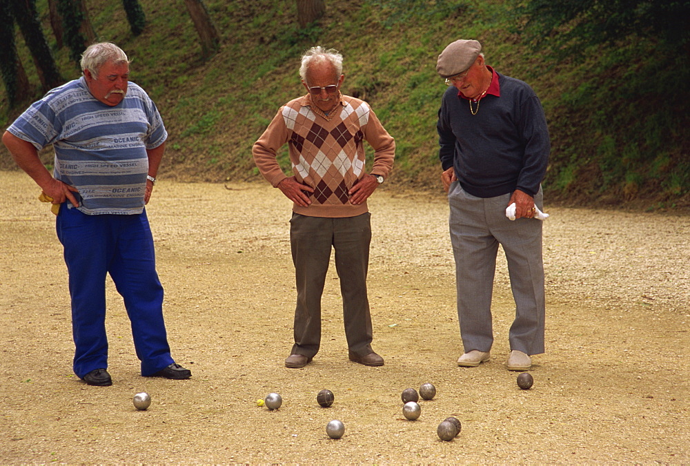 Playing boules, Limeuil, Aquitaine, France, Europe